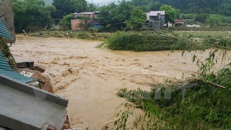 Lũ cuồn cuộn đổ về sông Hồng, ít nhất 10 người bị cuốn trôi - ảnh 1