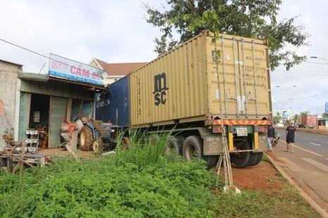 Container leo dải phân cách, húc sập nhà dân  - ảnh 1