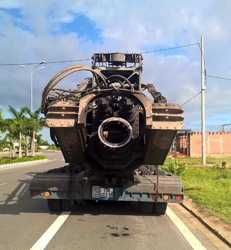 Đoàn xe vận chuyển hàng 'siêu khủng' lại không chịu vào cân xe - ảnh 1
