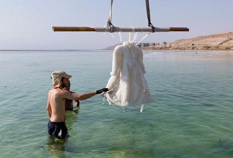 Điều gì xảy ra khi nhúng chiếc đầm xuống biển Chết trong 2 năm - ảnh 5