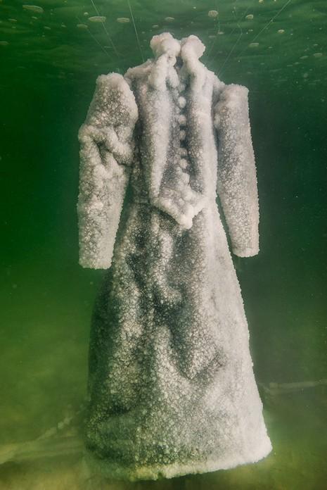 Điều gì xảy ra khi nhúng chiếc đầm xuống biển Chết trong 2 năm - ảnh 4