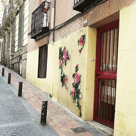 Lạ mắt với những bức tranh đường phố thêu chữ thập - ảnh 4