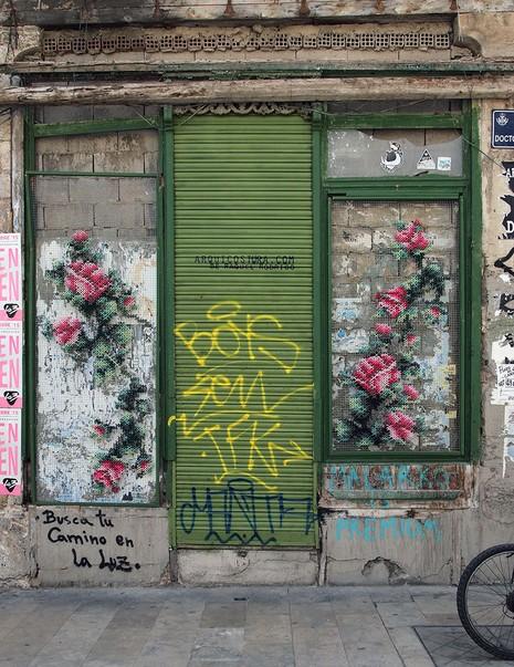 Lạ mắt với những bức tranh đường phố thêu chữ thập - ảnh 8