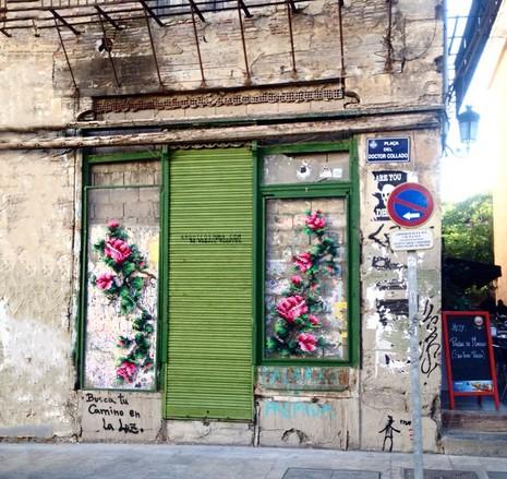 Lạ mắt với những bức tranh đường phố thêu chữ thập - ảnh 9