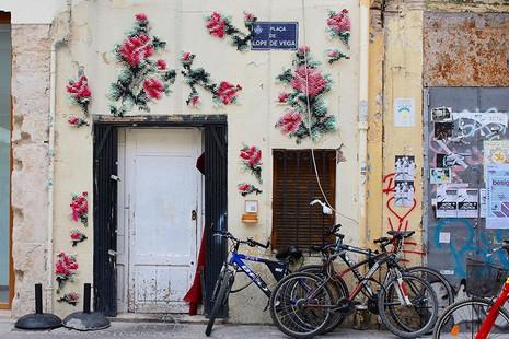 Lạ mắt với những bức tranh đường phố thêu chữ thập - ảnh 10