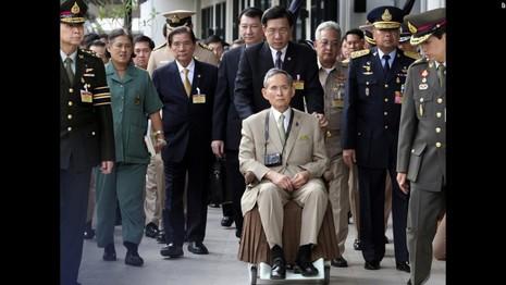Cuộc đời vua Thái Lan qua hình ảnh - ảnh 11