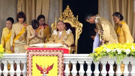 Cuộc đời vua Thái Lan qua hình ảnh - ảnh 12