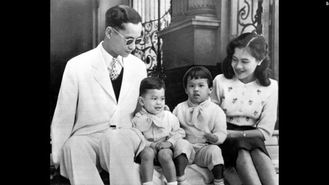 Cuộc đời vua Thái Lan qua hình ảnh - ảnh 4
