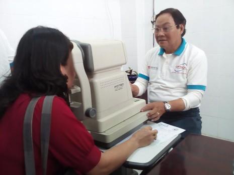 NSND Kim Cương tham gia đo mắt cho giáo viên khó khăn  - ảnh 2