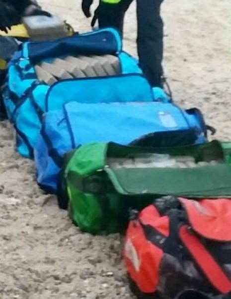 Tìm thấy 360 kg ma túy trôi dạt trên bờ biển  - ảnh 1