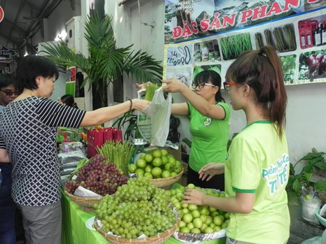 Biểu diễn nghệ thuật đường phố tại hội chợ hàng Việt  - ảnh 1