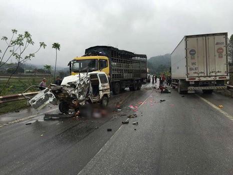 Ô tô tông trực diện xe tải, hai người bị thương nặng - ảnh 1