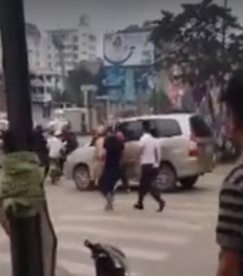 Người dân đập vỡ kính, đánh tài xế vì bỏ chạy khi CSGT yêu cầu dừng xe - ảnh 1