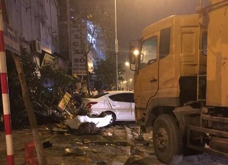 Xe tải 25 tấn mất lái tông liên hoàn trên vỉa hè - ảnh 1