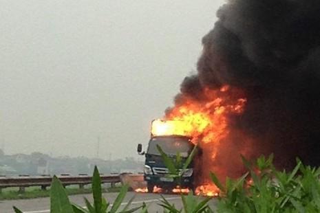 Xe tải chở giày dép bốc cháy ngùn ngụt trên quốc lộ - ảnh 1