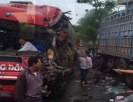 Xe khách tông xe tải, hàng chục hành khách khiếp vía - ảnh 1
