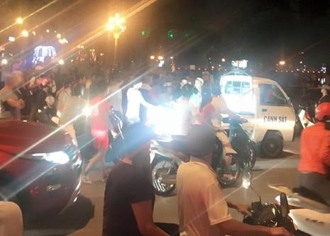 Gây tai nạn bỏ chạy, ô tô bị hàng chục xe máy truy đuổi - ảnh 1