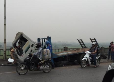 Xe tải húc văng hơn 20 m lan can cầu Vĩnh Tuy, kẹt xe hàng giờ - ảnh 2