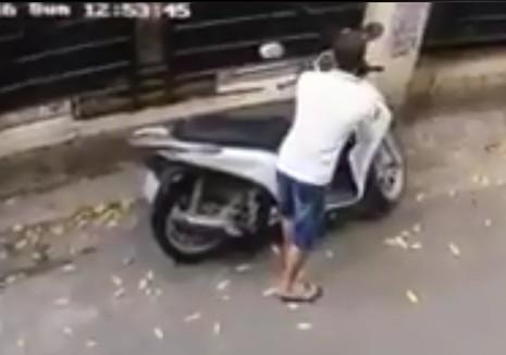 Trộm bẻ khóa, 'cuỗm' xe máy SH trong vòng 10 giây - ảnh 1