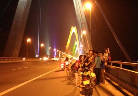 Mở 'triển lãm' xe máy trên cầu Nhật Tân để... chụp ảnh - ảnh 1