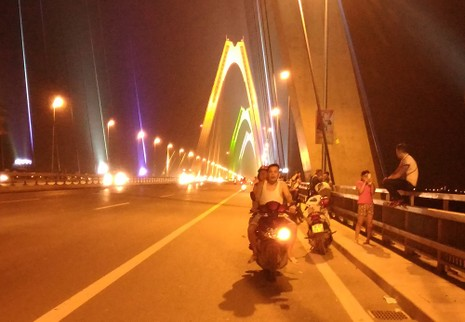 Mở 'triển lãm' xe máy trên cầu Nhật Tân để... chụp ảnh - ảnh 5