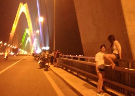 Mở 'triển lãm' xe máy trên cầu Nhật Tân để... chụp ảnh - ảnh 10