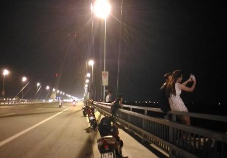 Mở 'triển lãm' xe máy trên cầu Nhật Tân để... chụp ảnh - ảnh 9