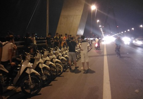 Mở 'triển lãm' xe máy trên cầu Nhật Tân để... chụp ảnh - ảnh 7