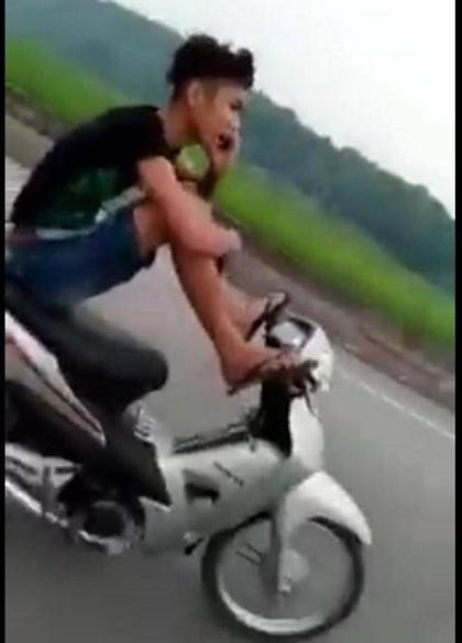 Sốc với thanh niên lái xe máy bằng chân, tay gọi điện thoại - ảnh 1
