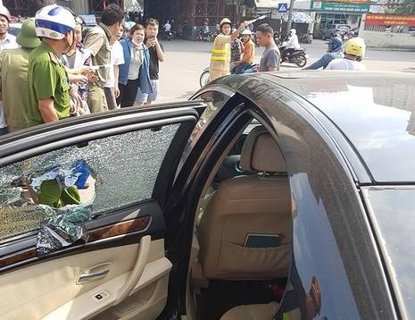CSGT đập vỡ kính xe BMW, cứu tài xế ngất xỉu bên trong - ảnh 3