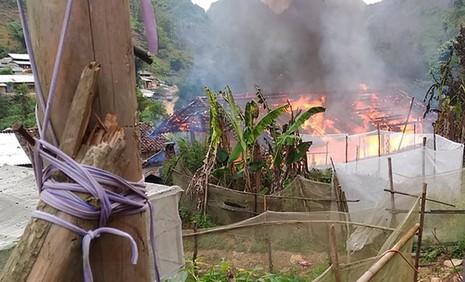 Nhà trưởng thôn bị cháy, cháy luôn cả tiền hộ nghèo - ảnh 1