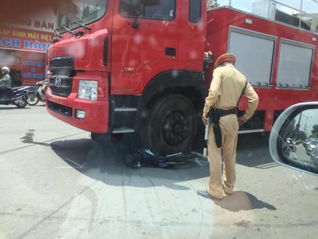 Xe máy nát bét dưới bánh xe cứu hỏa - ảnh 1