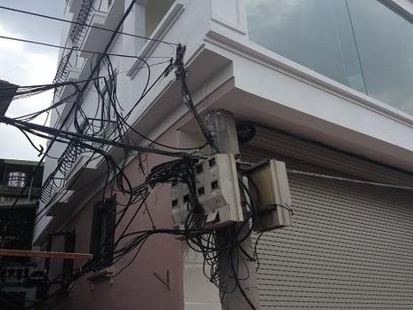 Độc nhất vô nhị ở Hà Nội: Căn nhà 'nuốt' gọn cây cột điện - ảnh 3