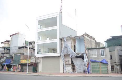 Độc nhất vô nhị ở Hà Nội: Căn nhà 'nuốt' gọn cây cột điện - ảnh 4
