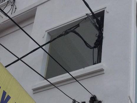 Độc nhất vô nhị ở Hà Nội: Căn nhà 'nuốt' gọn cây cột điện - ảnh 8