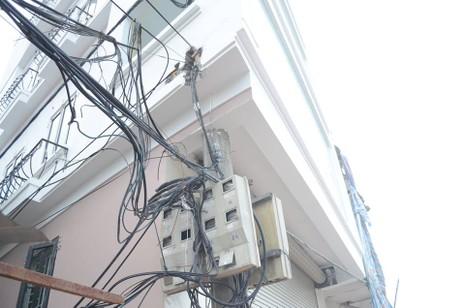Độc nhất vô nhị ở Hà Nội: Căn nhà 'nuốt' gọn cây cột điện - ảnh 5