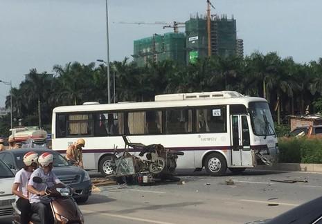 Xe ba gác chạy ngược chiều tông xe khách, 3 người bị thương nặng - ảnh 1