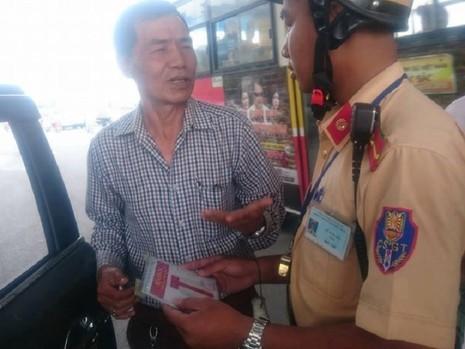 CSGT Hà Nội ra quân xử phạt xe gắn phù hiệu Bộ Công an - ảnh 3