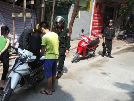CSCĐ Hà Nội xử phạt hơn 8.500 trường hợp không đội mũ bảo hiểm - ảnh 1