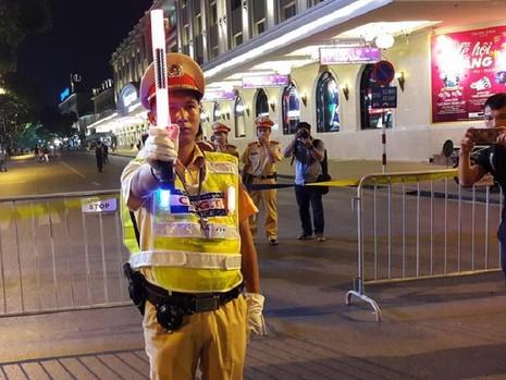 Cận cảnh áo và gậy đèn LED nhập từ Hong Kong của CSGT Hà Nội - ảnh 3