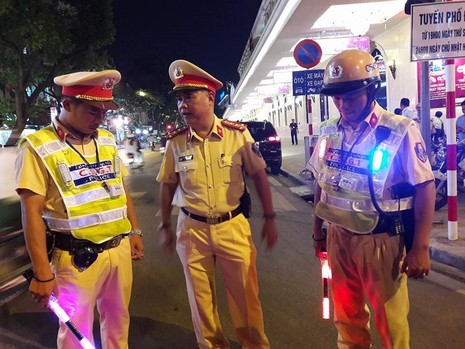 Cận cảnh áo và gậy đèn LED nhập từ Hong Kong của CSGT Hà Nội - ảnh 2