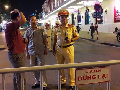 Cận cảnh áo và gậy đèn LED nhập từ Hong Kong của CSGT Hà Nội - ảnh 1
