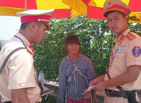 Người phụ nữ trốn từ Trung Quốc về Việt Nam, CSGT giúp kinh phí về quê - ảnh 1