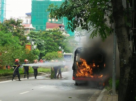 Xe buýt đang chạy, bất ngờ nổ rồi bốc cháy ngùn ngụt - ảnh 2