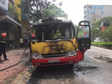 Xe buýt đang chạy, bất ngờ nổ rồi bốc cháy ngùn ngụt - ảnh 3