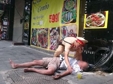 'Quá chén' với bạn, cụ ông gục ngã xuống đường - ảnh 1
