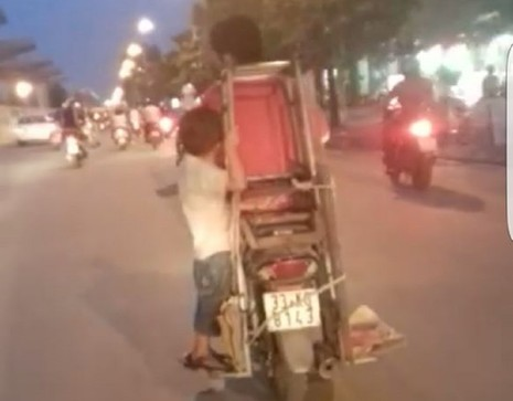 'Toát mồ hôi' với hình ảnh cậu bé đu mình trên xe máy - ảnh 1