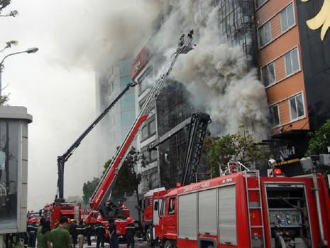 Vì sao chủ quán karaoke cháy 13 người chết bị khởi tố? - ảnh 1