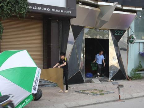 Hàng loạt quán karaoke tại Hà Nội dỡ biển quảng cáo - ảnh 7