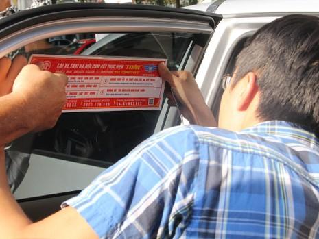 Hà Nội dán đề can cho 19.500 taxi để tuyên truyền luật - ảnh 2